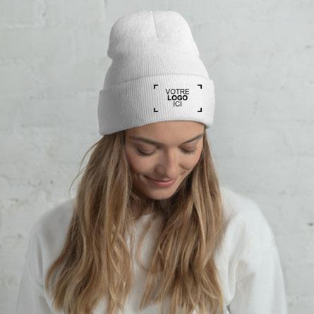 Bonnet d'hiver brodé customisé avec un logo sur le devant porté par un mannequin femme