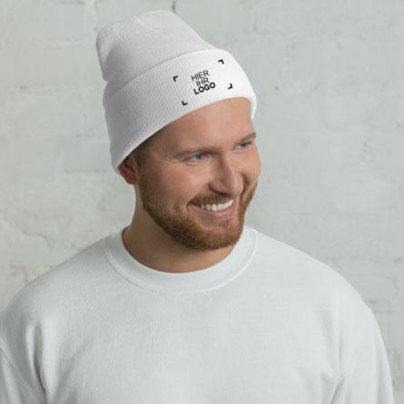 Ein männliches Model zeigt die bestickten und individuell gestalteten Wintermütze mit einem Logomuster