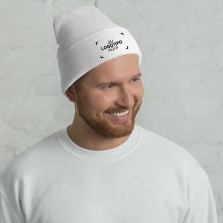 Modelo masculino mostrando el gorro de invierno bordado personalizado con un diseño de logotipo de muestra