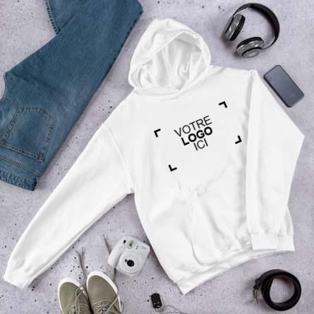 Sweat à capuche personnalisé avec logo entouré d'un téléphone portable, d'écouteurs, d'un appareil photo et d'un jean