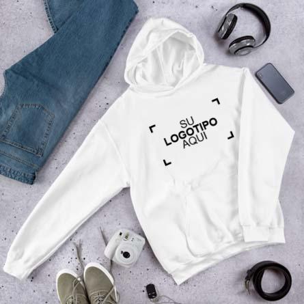 Sudadera personalizada con diseño de logotipo rodeada de teléfono móvil, audífonos, cámara y jeans