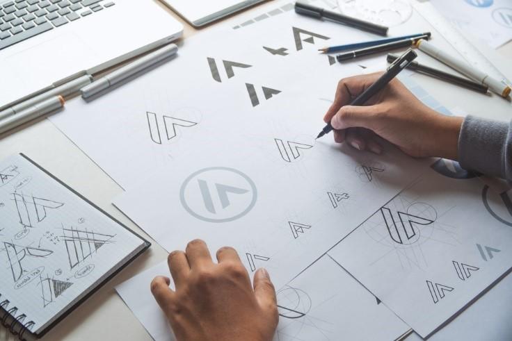 Fundo branco e termos ilustrando pessoas criando uma identidade de marca